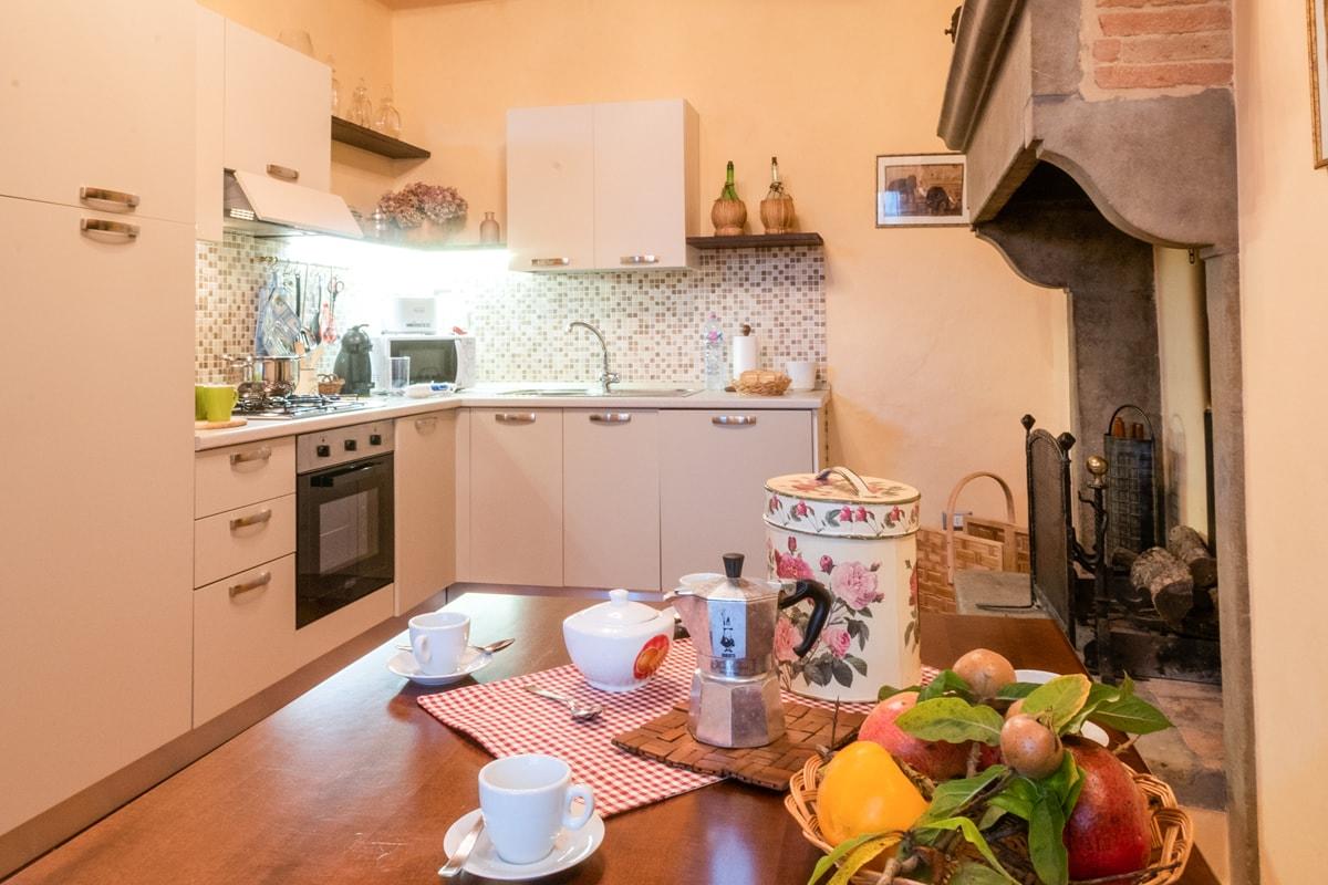 Appartamento Donatella - Cucina attrezzata con camino