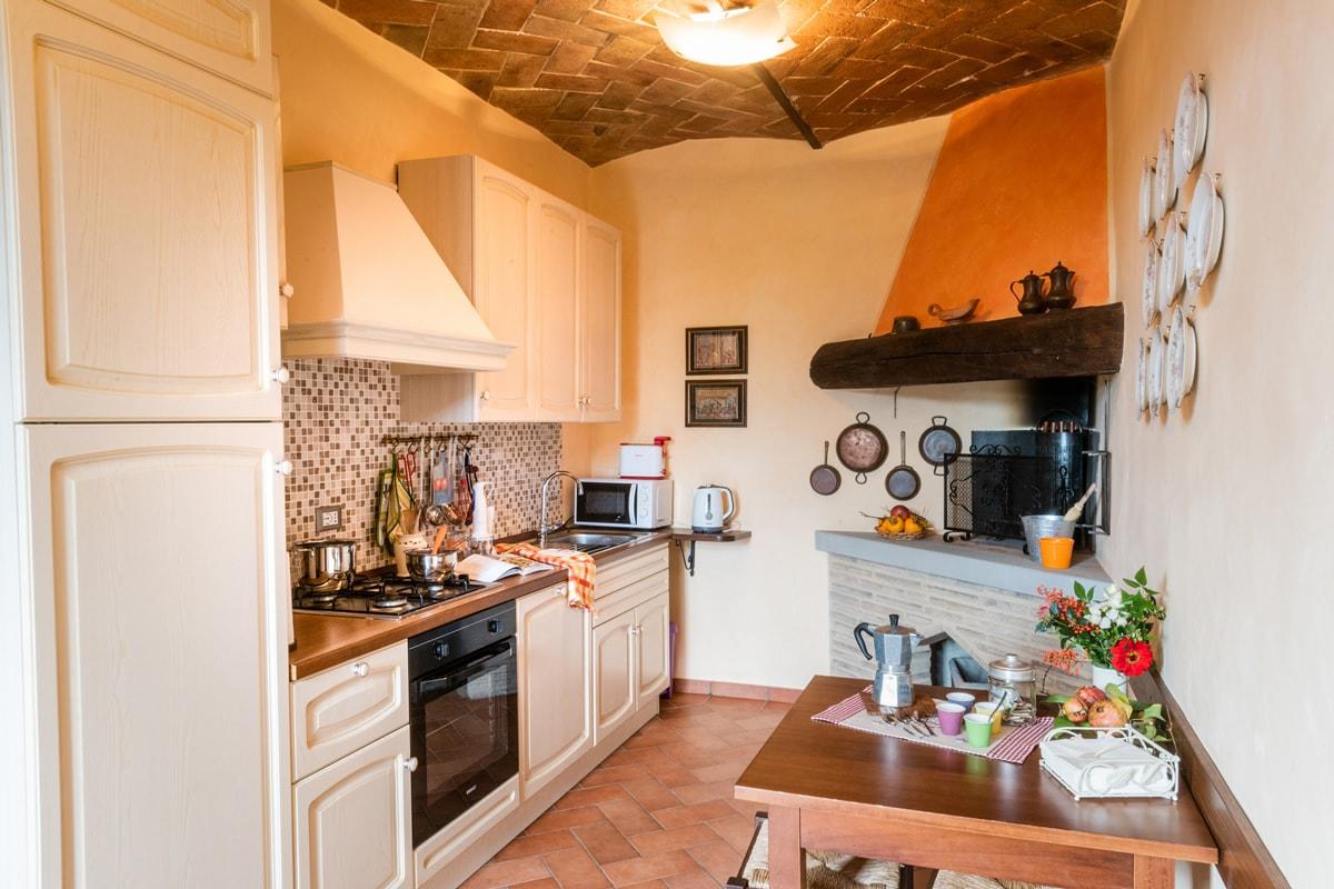 Appartamento Maria - Cucina attrezzata con camino